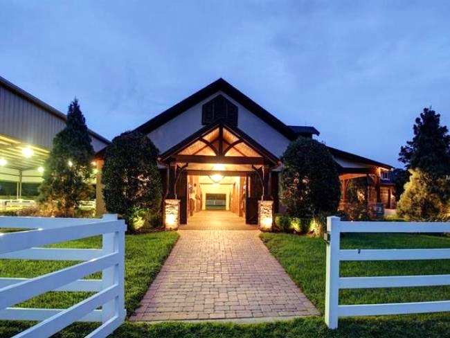 Stable style dit huis met zwembad en stallen staat te for Huis winnen
