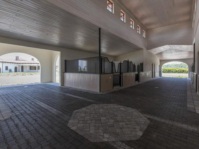 Stable style luxe huis met stallen te koop pumps paarden for Huis met paardenstallen te koop