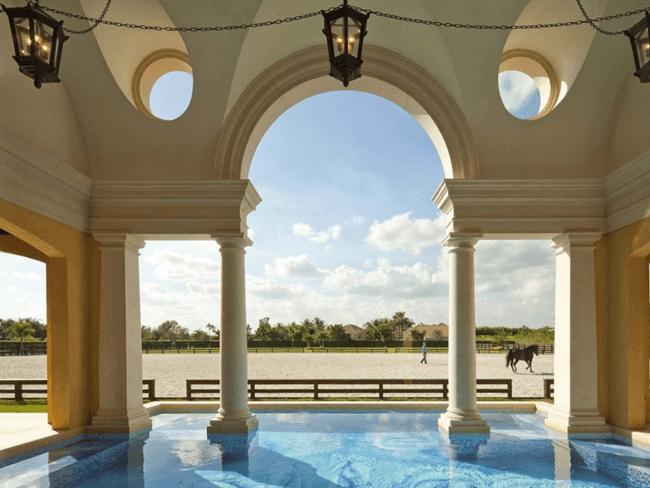 STABLE STYLE: Wegzwijmelen bij deze stallen mét zwembad